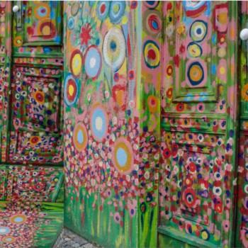 TELA GRAFFITI PUERTAS | Tela diseñada a partir de Fotografías originales de Pespunteando.  Disponible en: Popelín vestidos, popelín strech, popelín ligero, sarga gabardina, sarga lycra, sarga, lino, lino ( 56% 44 / lino 44% algodón ), crepe de seda china, lona, camiseta, muselina, lona  y gasa.